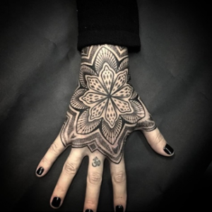 Ein Mandala Tattoo auf der Hand